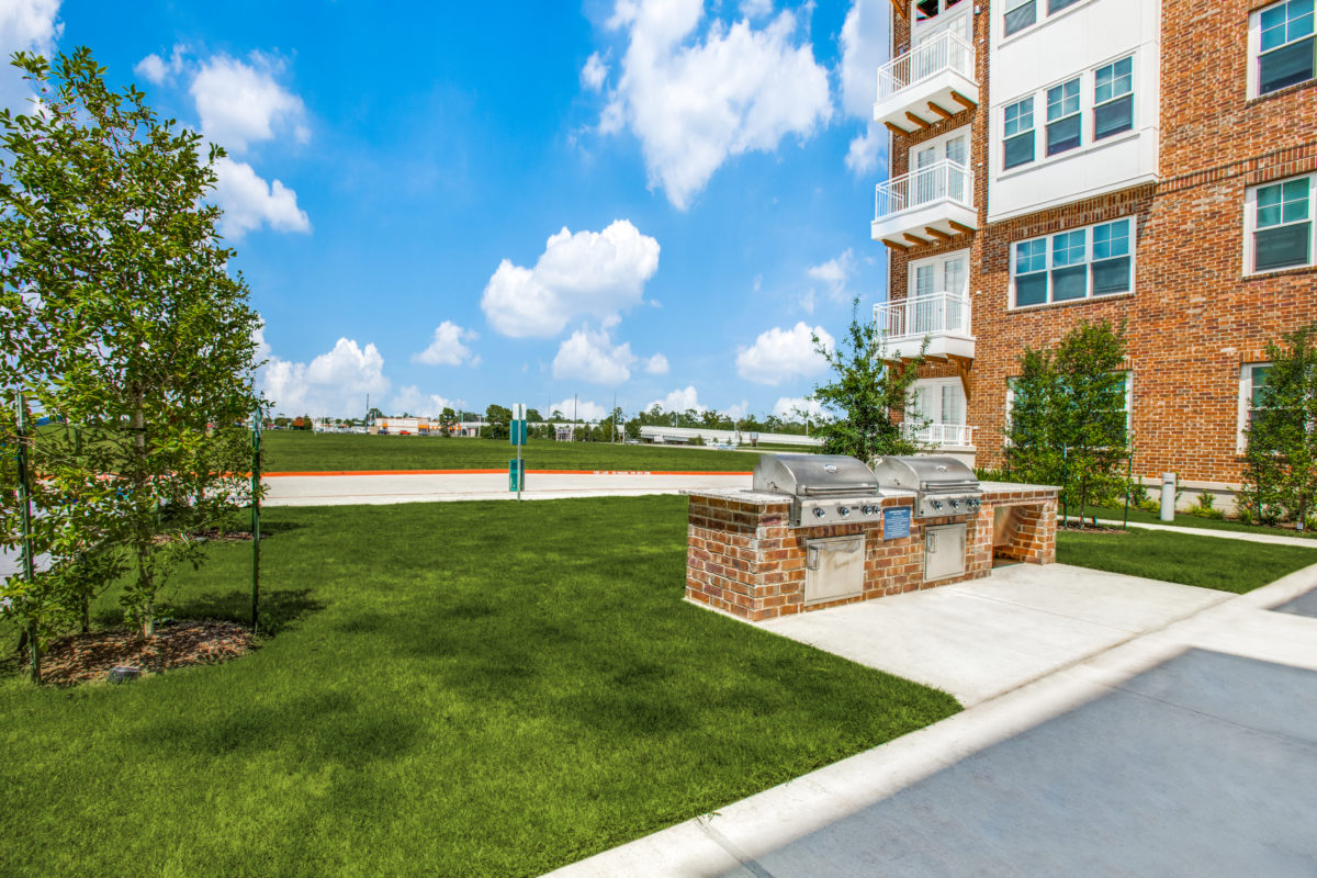 outdoor grilling kitchens and entertaining area in luxury houston tx apartment